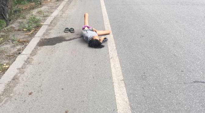 躺在馬路上的女人